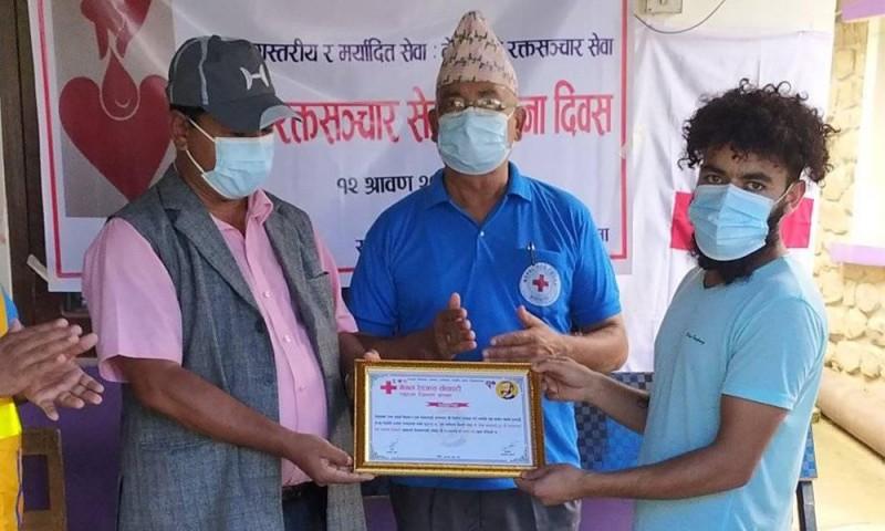 रक्तसञ्चार सेवा स्थापना दिवस को अबसरमा अर्घाखाँची बुलेटिनकर्मी  जीवन खनाल लाई सम्मान